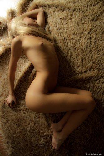 Блондинка Ariel в полумраке