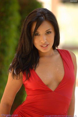 Jasmine Byrne в красном