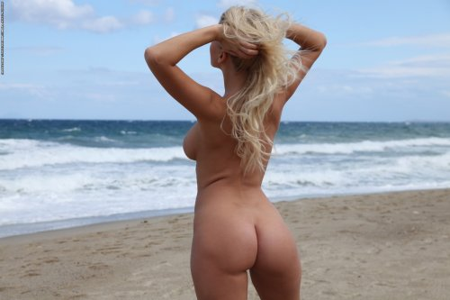 Блондинка Evelyn на пляже