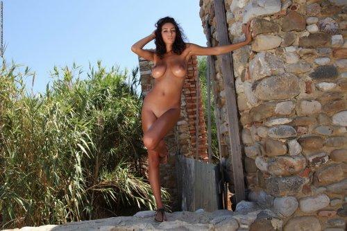 Ela у каменной стены
