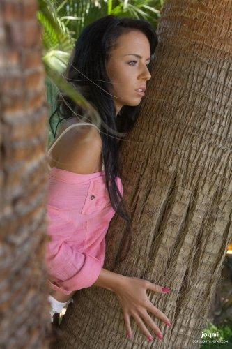 Gina дрочит возле пальм