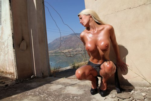 Блестящая от масла Janine, позирует голой