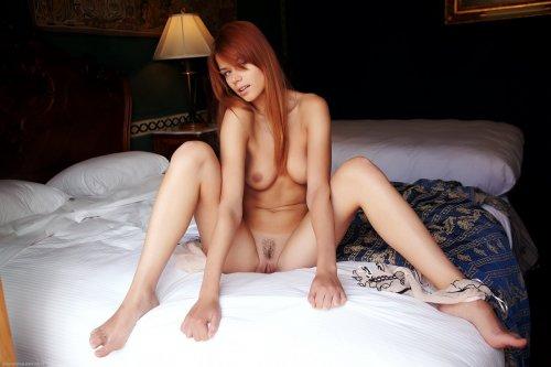 Восхитительная кокетка Kami с легка не бритой вагиной возбудилась на кровати