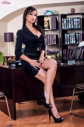 Деловая Katsuni в офисе