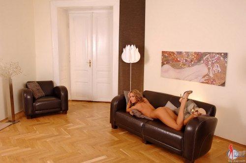 Veronika Fasterova на диване