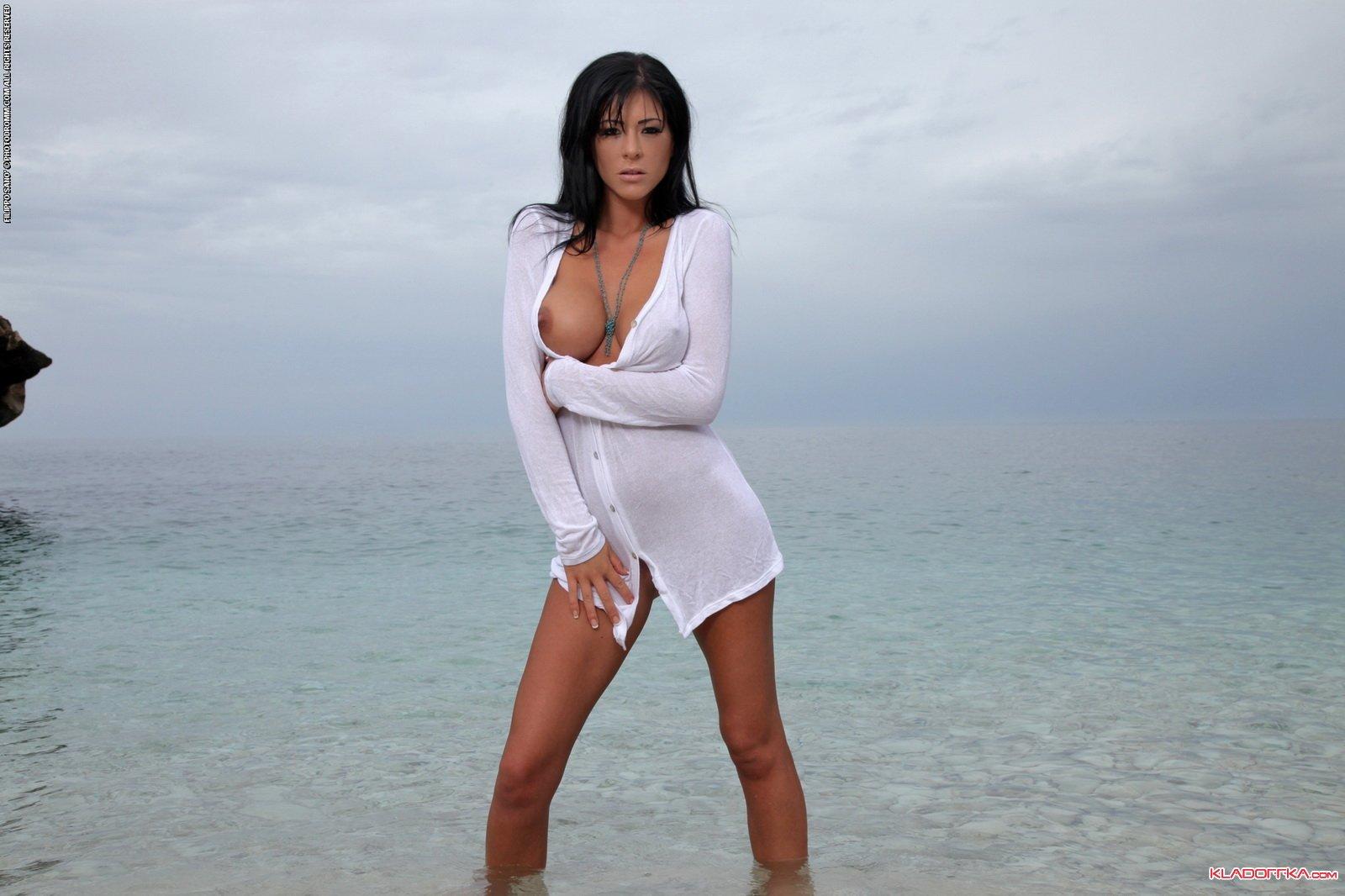 голые девушки на морском берегу
