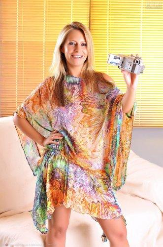 Marie Sheridan позирует на видеокамеру