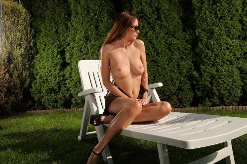 Elizabeth принимает солнечные ванны