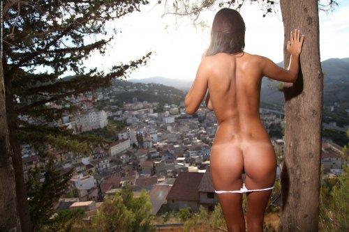 Ela позирует на фоне панорамы города