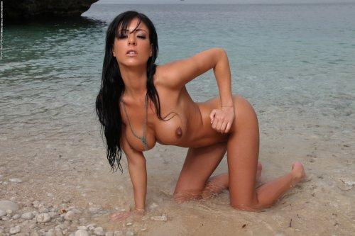 Ella Mai разделась на морском побережье