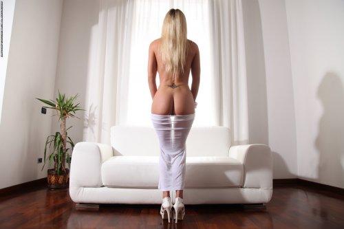 Сексуальная Janine на белоснежном диване