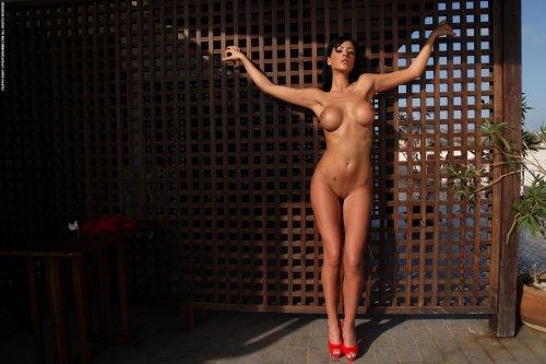 Силиконовая большая грудь Ella Mai в красном бикини