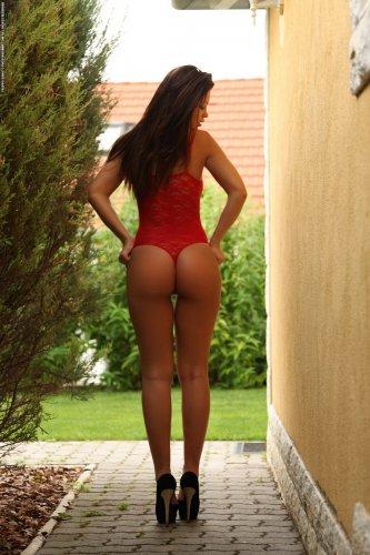 Загорелая похотливая Vanessa голая во дворе показывает сексуальную попку