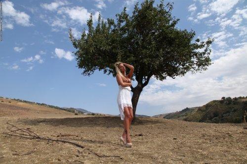 Janine разделась под деревом