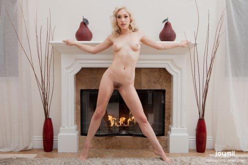 Голая блондинка Lily у камина