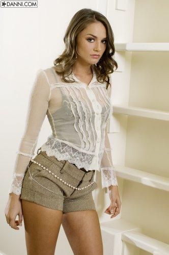 Стройная Tori Black одела игривый поясок из жемчуга