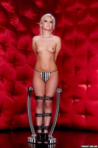 Связанная голая блондинка Aaliyah Love страстно позирует перед камерой