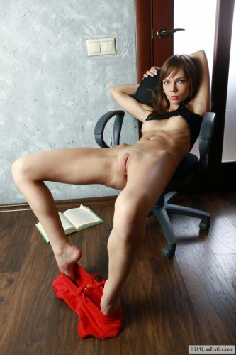 Tracy читает книжку