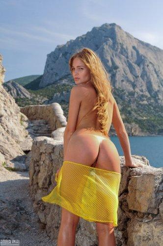 Голая развратница Vera со следами от загара эротично позирует в горах