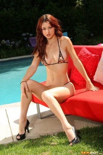 Жгучая фотомодель Karlie Montana снимает тигровый купальник для Bikini Riot