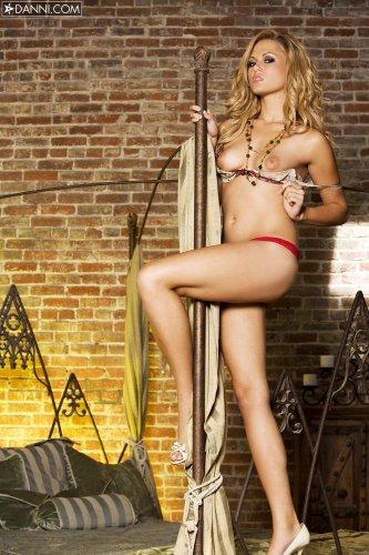 Страстная супер модель Arianna Armani в сексуальных кружевных стринги