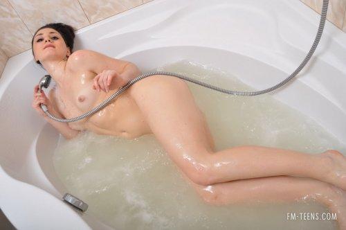 Nastation принимает душ
