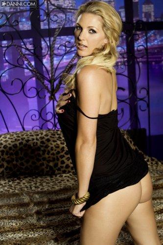 Шикарная голая женщина Roxanne Hall показывает эротику на тигровом пледе