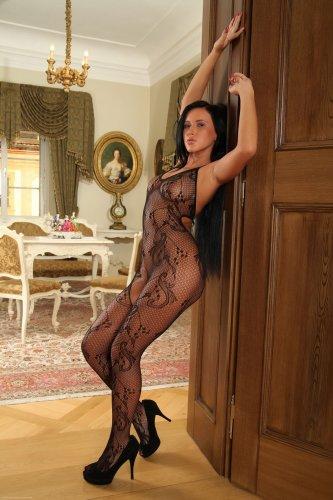 Эффектная распутница Angelika Kitten в сексуальном боди эротично позирует