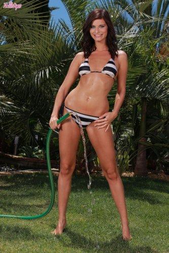 Megan обливается из шланга