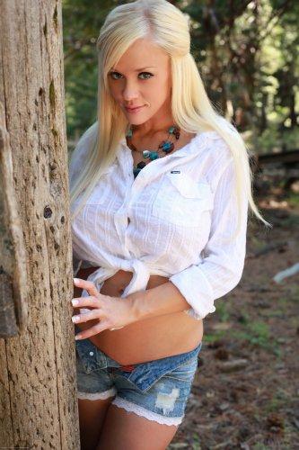 Большегрудая блондинка Courtney Cass