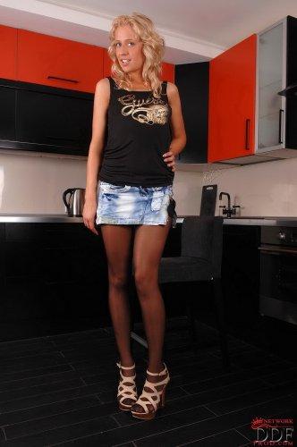 Симпатичная блондиночка Ellen делает частные эротические фото на кухне