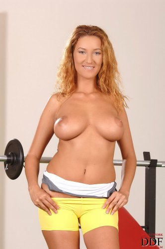 Krisztina Ventura голая тягает гантели