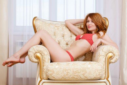 Натуральная рыжеволосая девчонка Dariya снимает нижнее бельё в гостиной