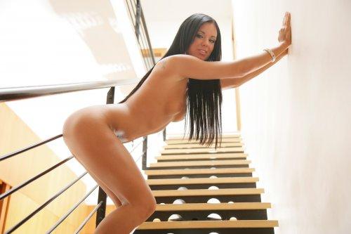 Ashley Bulgari на лестнице