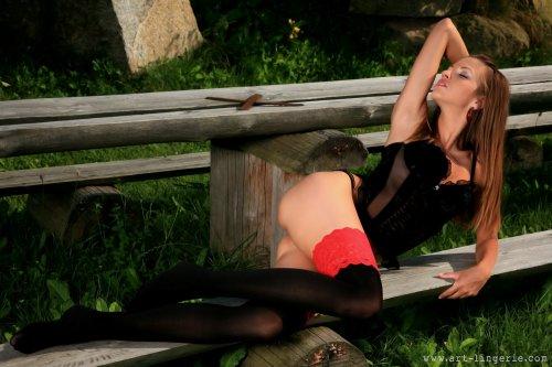 Eufrat в черных чулках с красным кружевом