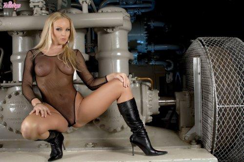Шикарная фотомодель Silvia Saint с сексуальным голым телом позирует на заводе