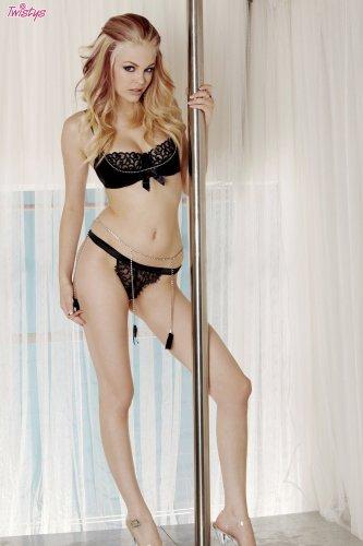 Элитная жгучая стриптизёрша Bree Daniels на эротических снимках у шеста