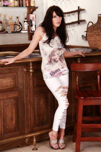 Возбуждённая дамочка Samantha Bentley с обнажённой розовой пиздой на кухне