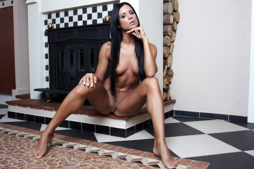 Роскошная Ashley Bulgari голая позирует у камина