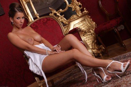 Раскрепощенная Lizzie Ryan голая во дворце