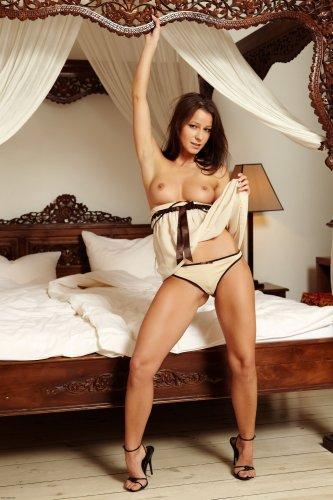 Знаменитая фотомодель Melisa приглашает в постель на эротических фото