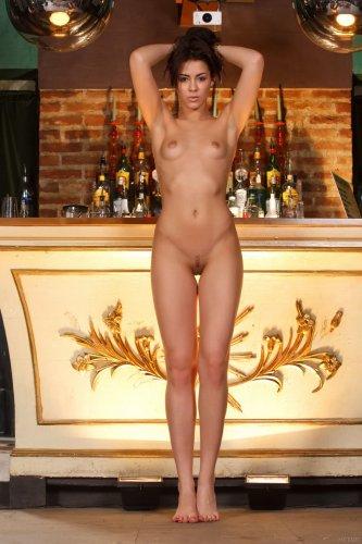 Стриптиз соблазнительной красотки Gracy Taylor на фоне барной стойки