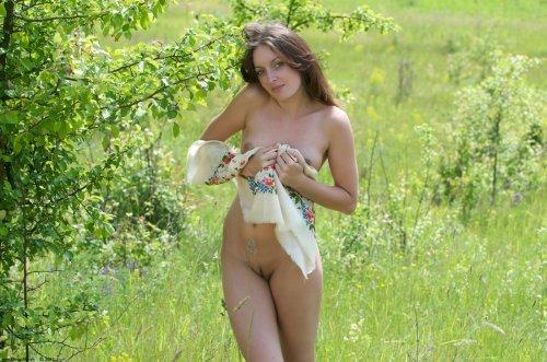Голая Алиса в поле