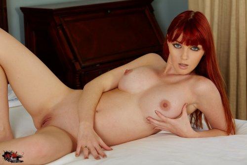 Рыжая Marie McCray позирует на кровати