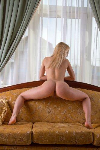 Елена на диване