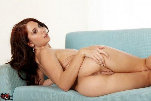 Chrissy Marie на диване