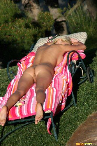 Сисястая дамочка Hanna Hilton снимает купальник и загорает голая во дворе