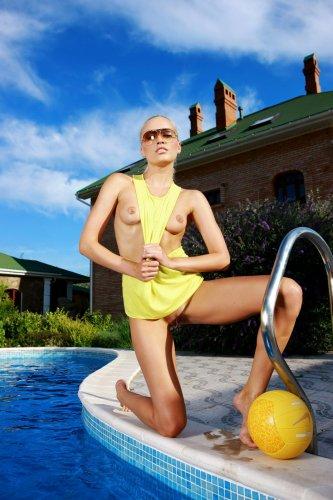 Белокурая девушка Лиза в бассейне - 5