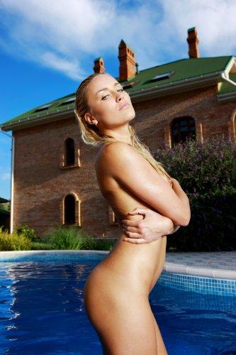 Белокурая девушка Лиза в бассейне - 15