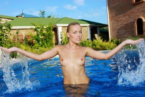Белокурая девушка Лиза в бассейне - 18